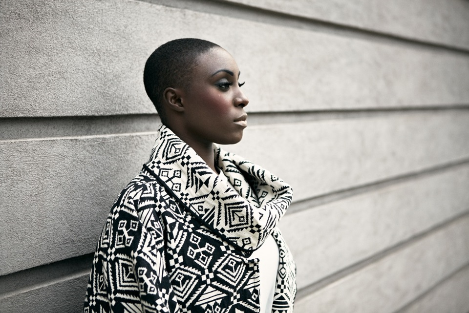 "Laura Mvula 一个人的声音,一支乐团的共鸣 自从被BBC评为2013年潜力股后,她就从未摆脱过""Adele第二""的头衔,但两人唯一共通之处只有性别而已。"