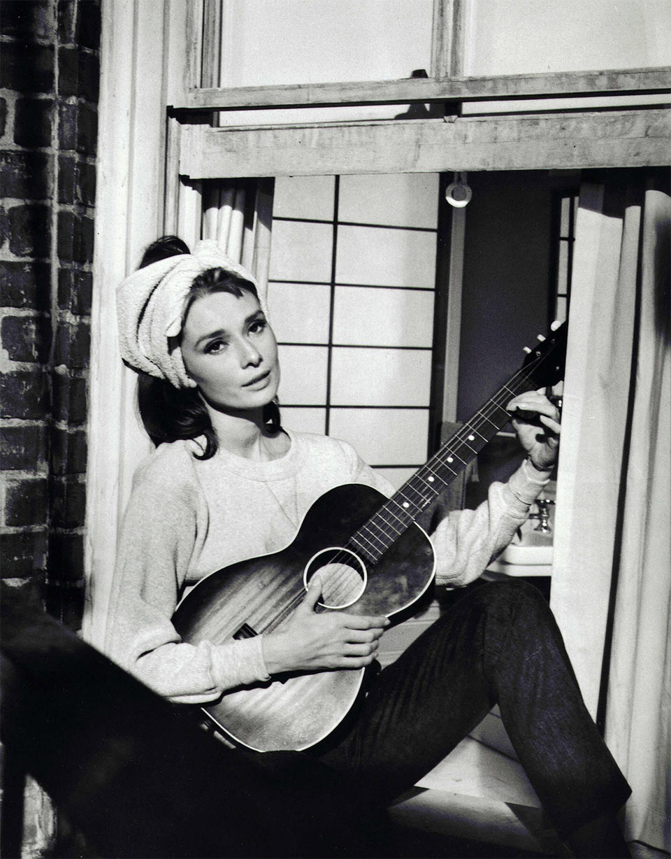 audrey-hepburn-breakfast-tiffanys-guitar